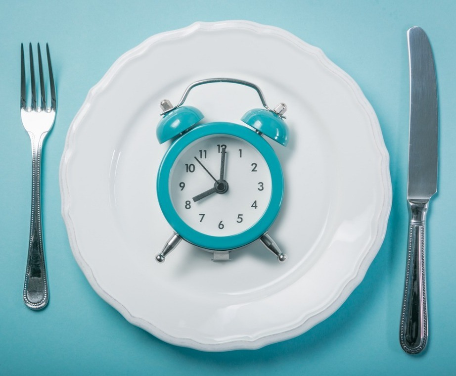 intermittent-fastin-concept-empty-plate-on-blue-background-picture-id926182488.jpg#asset:446